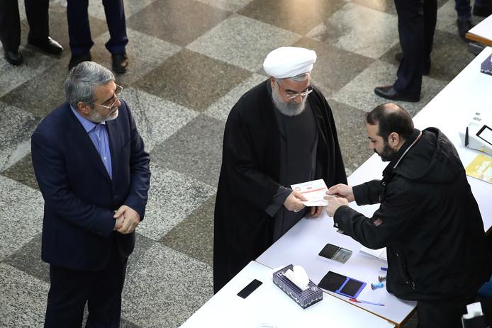President Hassan Rouhani brengt zijn stem uit.
