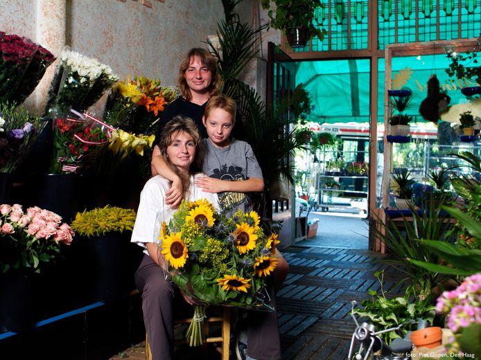 Janet (staand achter haar zoon Paul en zus Patricia) in Pluis.