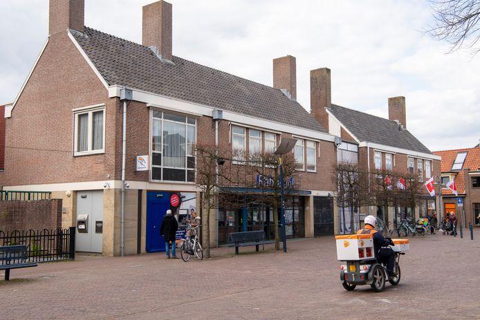 De Rabobank in het centrum van Dalfsen gaat dicht. Wel blijft de pinautomaat beschikbaar.