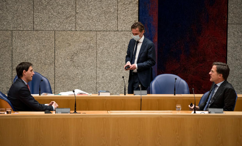 Demissionair premier Mark Rutte en Staatssecretaris Bas van 't Wout van Sociale Zaken en Minister Wopke Hoekstra van Financiën (CDA) tijdens een schorsing van het debat over het aftreden van het kabinet. Beeld Freek van den Bergh / de Volkskrant