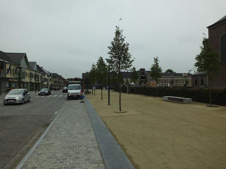 Aan het gemeentehuis op Dorp worden extra parkeerplaatsen voorzien.