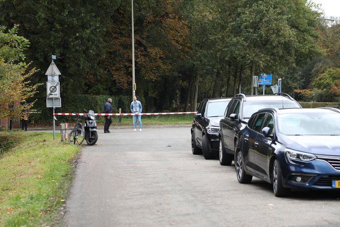 De politie heeft de zijwegen van de Papeweg afgesloten.