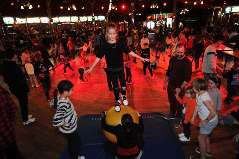Evenwichtsoefeningen en andere circustechnieken kwamen aan bod tijdens de initiatie.