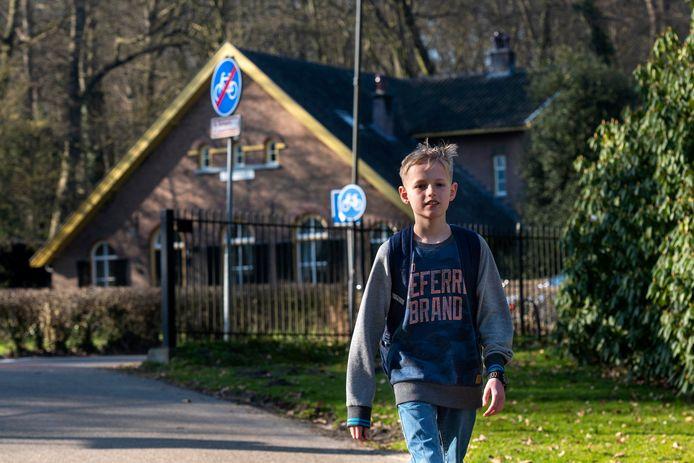 Jonathan Hamelink op weg van school bij Park Zypendaal naar huis in de Arnhemse wijk Over het Lange Water. Tot aan Pasen pendelt hij elke schooldag te voet heen en weer, voor het goede doel.