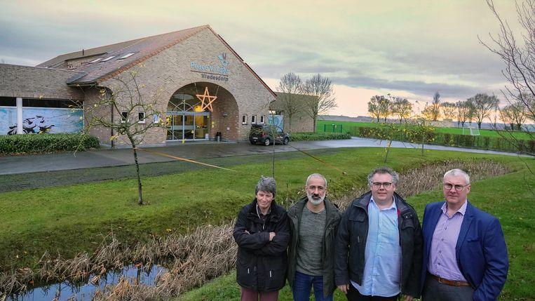 Hilde Van Gastel (Rode Kruis), Olivier Fiore (Centrummanager opvangcentrum Menen), Matti Vandemaele (Peace Village) en burgemeester Sandy Evrard.