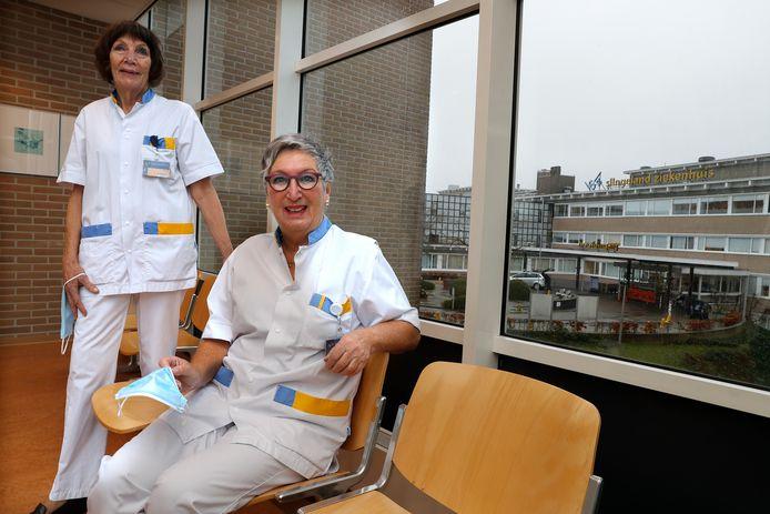 Els Bouw (links) en Marianka Nieber-Vermeegen, herintreders van in de 70 in het Slingeland Ziekenhuis.