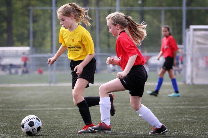 Leerlingen van basisscholen in Breda tijdens de kwartfinale van het voetbaltoernooi op de velden van JEKA.