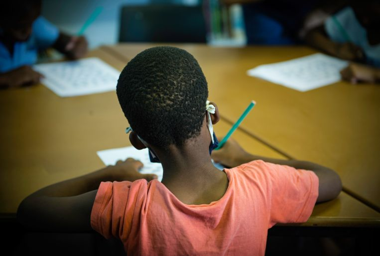 Leerlingen met FASD, tussen de negen en elf jaar oud, werken aan een opdracht tijdens een ondersteuningsles op de basisschool in het township Noordeinde.  Beeld Bram Lammers