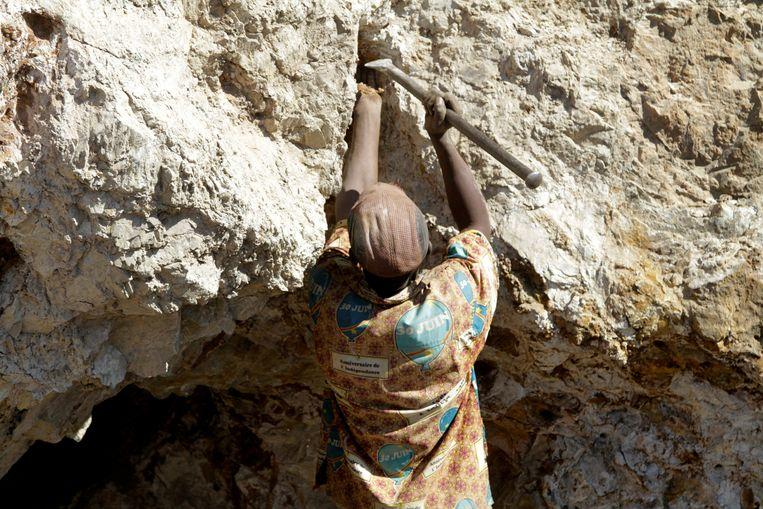 Een artisanale mijnwerker in Congo delft kobalt, het blauwe goud dat een essentieel onderdeel is van autobatterijen. Beeld REUTERS