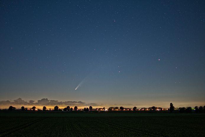 In de polders boven Waalwijk was komeet Neowise laag boven de noordoostelijke horizon te zien