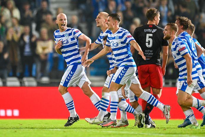 Elmo Lieftink (links) viert zijn rake vrije trap: 3-1 voor De Graafschap.