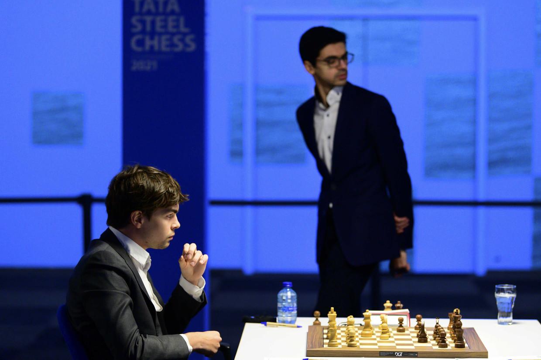 Anish Giri en Jorden van Foreest (op de voorgrond) tijdens de laatste ronde van het Tata Steel Chess Tournament. Beeld ANP