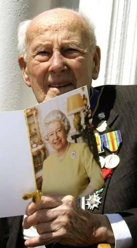 Bon anniversaire à Henry Allingham! Le Britannique fête ce vendredi ses 112 ans. (images d'archives, 2004 & 2006)