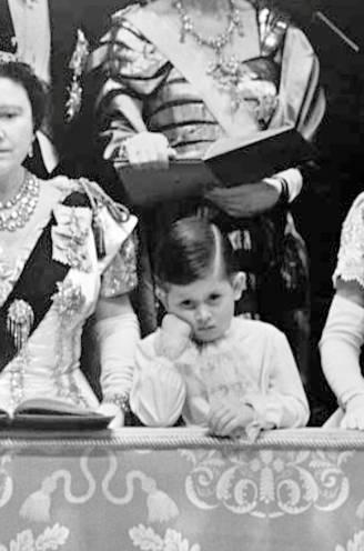 """De eenzame erfgenaam: prins Charles had bikkelharde jeugd. """"Sommige dingen heeft hij zijn ouders nooit vergeven"""""""