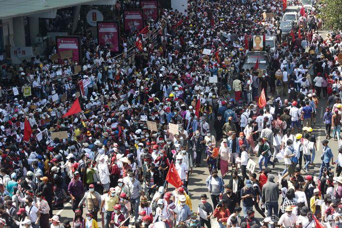 Beelden van een grote demonstratie in Yangon vrijdag.
