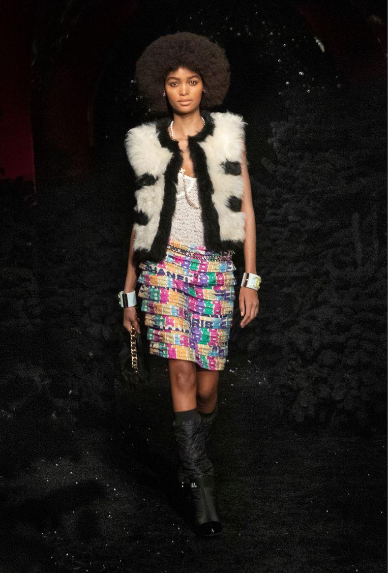 Namaakbonten gilet met rok van Chanel. Beeld Imaxtree