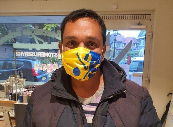 Jaime Lebbink met een mondkapje met daarop het wapen van Borculo.
