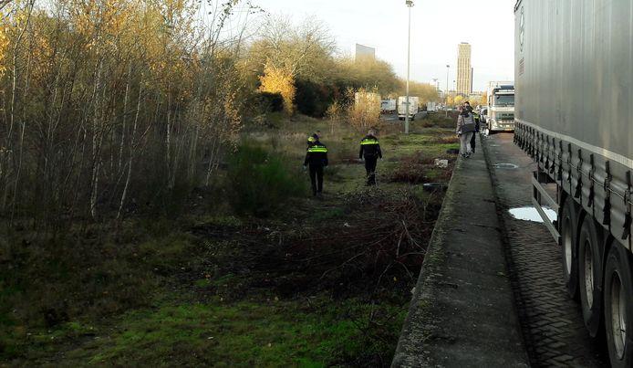 Politie zoekt in het struikgewas naar sporen na het aantreffen van een lichaam op de Fuutlaan.