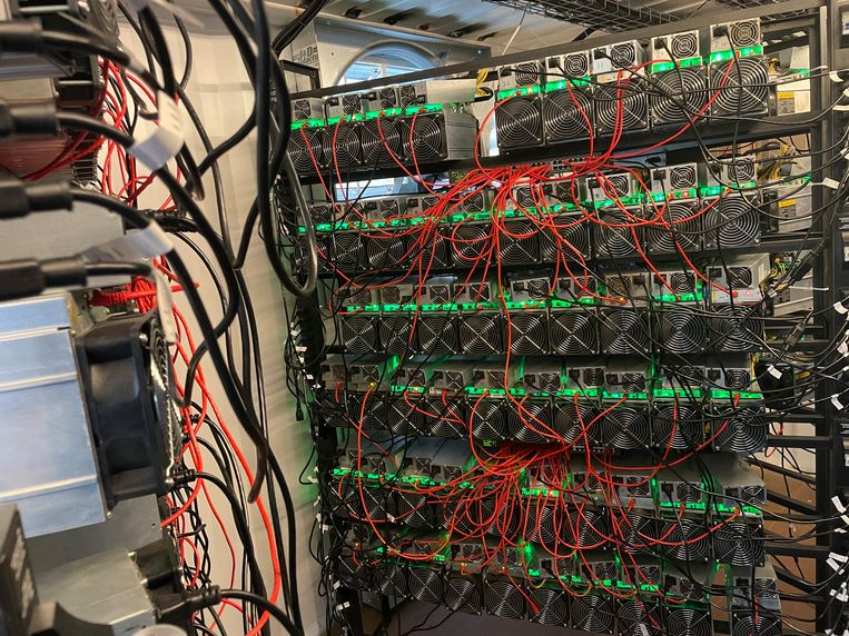 Een datacenter voor het zogeheten mijnen van bitcoins, in het noorden van de Amerikaanse staat Texas. Beeld Matt Lohstroh / HH / AFP
