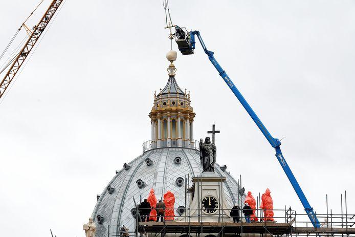 Het kruis staat terug op z'n plaats: op het topje van de kapel Saint Louis.
