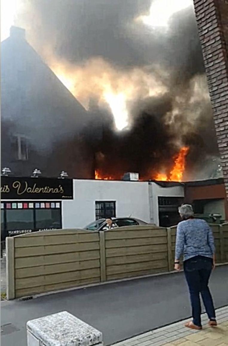 De brand ontstond op een plat dak achter de woning en het eethuis.