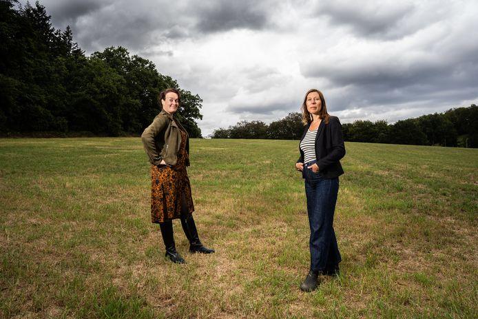 Carola van Andel (links) en Sanne Meelker lijken al een mooi stukje grond te hebben gevonden voor hun herenboerderij.