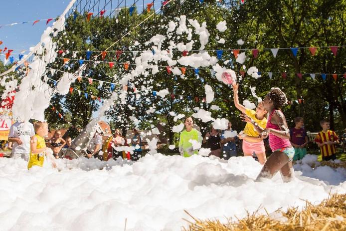 Kinderen genieten in 2015 op het terrein naast de Beukenhof. Daar was vooral veel schuim aanwezig, afkomstig van een schuimkanon dat de opgestelde attracties nog uitdagender maakt.