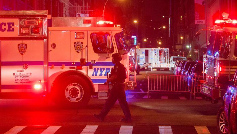 Een gewapende agent bewaakt de plek waar zaterdagnacht een explosie plaatsvond. Beeld AP