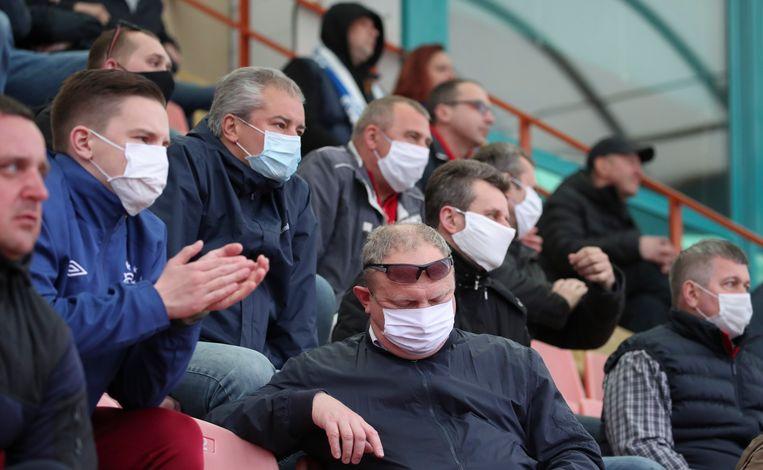 Mondkapjes bij een voetbalwedstrijd in Wit-Rusland op 25 april. Beeld EPA