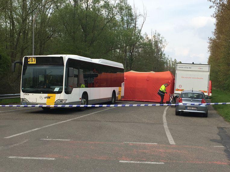 De wielertoerist overleefde de aanrijding met de bus niet