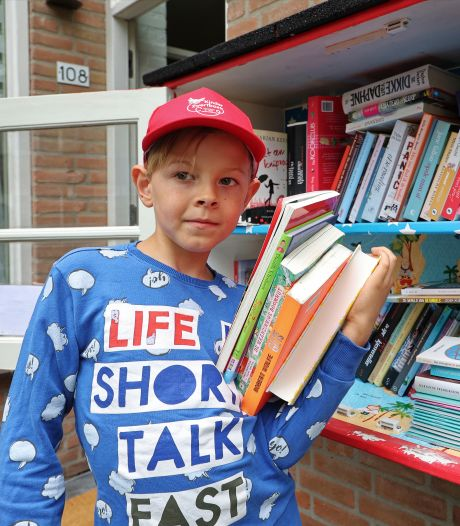 Sam is 8 jaar oud maar met zijn minibieb nu al een heuse ondernemer: 'De zaken gaan best goed'