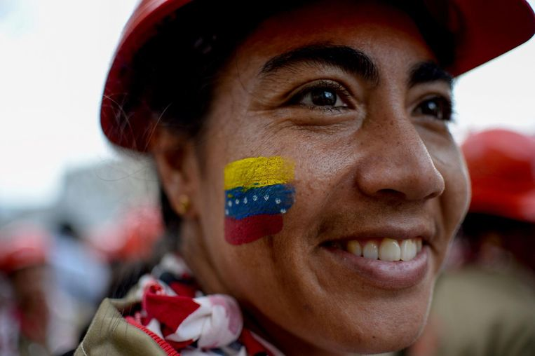 TOPSHOT - A member of the Bolivarian Militia smiles during a parade in the framework of the seventh anniversary of the force, in front of the Miraflores presidential palace in Caracas on April 17, 2017. Venezuela's defence minister on Monday declared the army's loyalty to Maduro, who ordered troops into the streets ahead of a major protest by opponents trying to oust him. Venezuela is bracing for what Maduro's opponents vow will be the