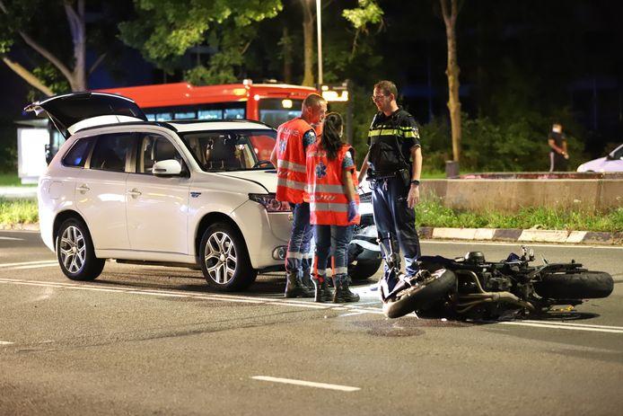 Na behandeling op straat is de motorrijder naar het ziekenhuis gebracht