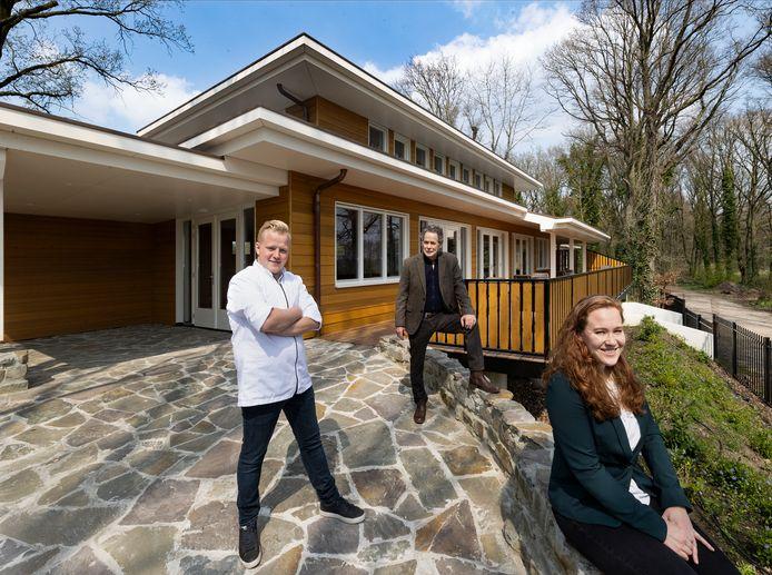 Kok Mike Kersten, Louis Henselmans en Emma Henselmans voor het nieuwe restaurant op park Kraneven