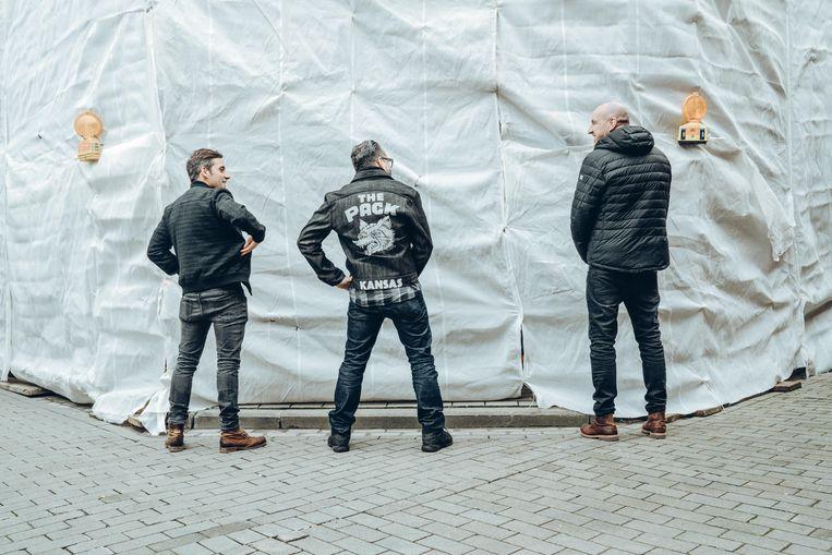 """Alex Agnew, geflankeerd door Wim Slabbinck en Eric Goens: """"Vanaf het moment dat mannen de broek aantrokken, was het om zeep."""" Beeld Thomas Sweertvaegher"""