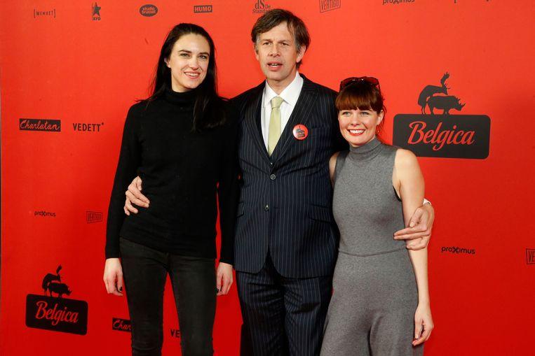 Johan Heldenbergh met zijn partner Fien (rechts) en actrice Natalie Broods.