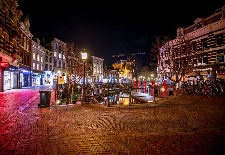 Utrecht, afgelopen maandag. Steeds minder mensen wagen zich buiten op de Oudegracht. Beeld Raymond Rutting / De Volkskrant