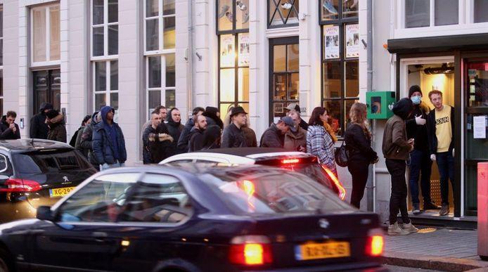 Drukte bij coffeehop Meetpoint  aan de Bossche Hinthamerstraat.