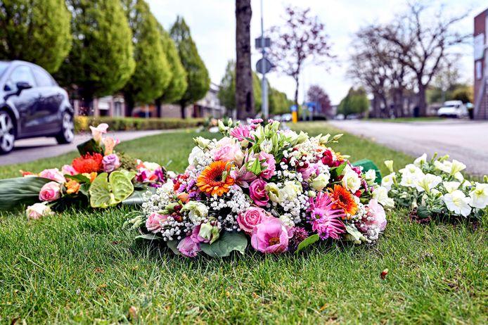 Op de plek waar Astrid in april werd aangereden in Zevenbergen, liggen bloemen. Een week later overleed ze.