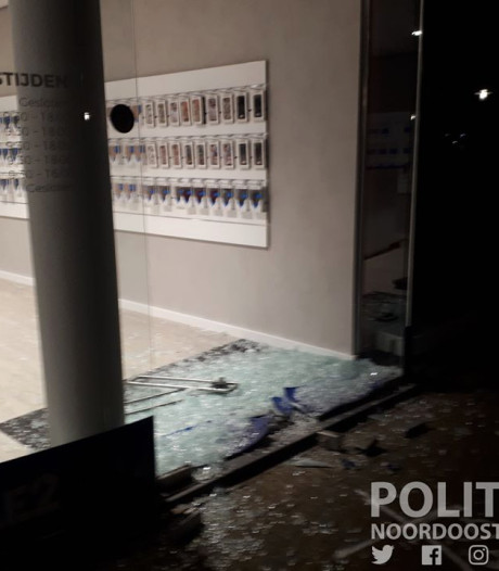 Ramkraak in Losser: criminelen rijden glazen deur kapot met auto