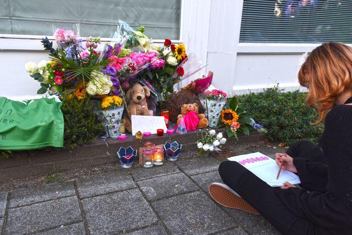 Voormalig klasgenootje Carlijn zit in stilte de bloemenzee ter nagedachtenis aan Megan te tekenen.