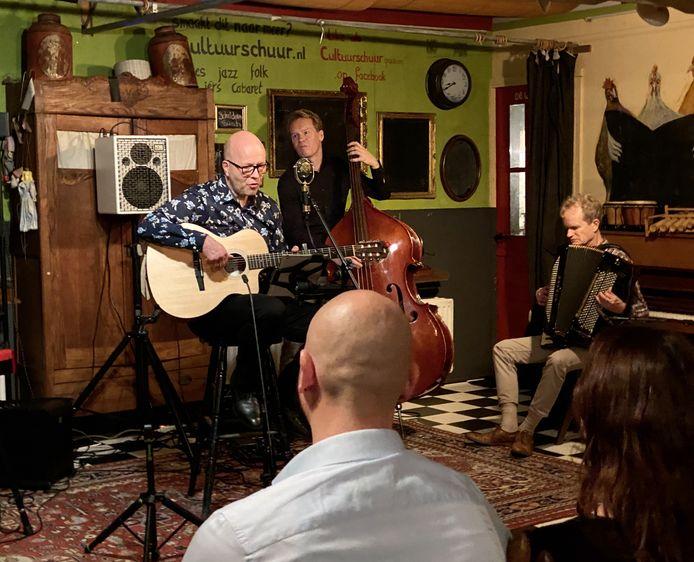 Ernst de Corte zingt liedjes van zijn vader met rechts Bert van den Brink.