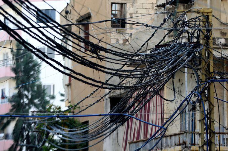 Stroomkabels van generatoren in de Libanese hoofdstad Beiroet. Beeld AFP