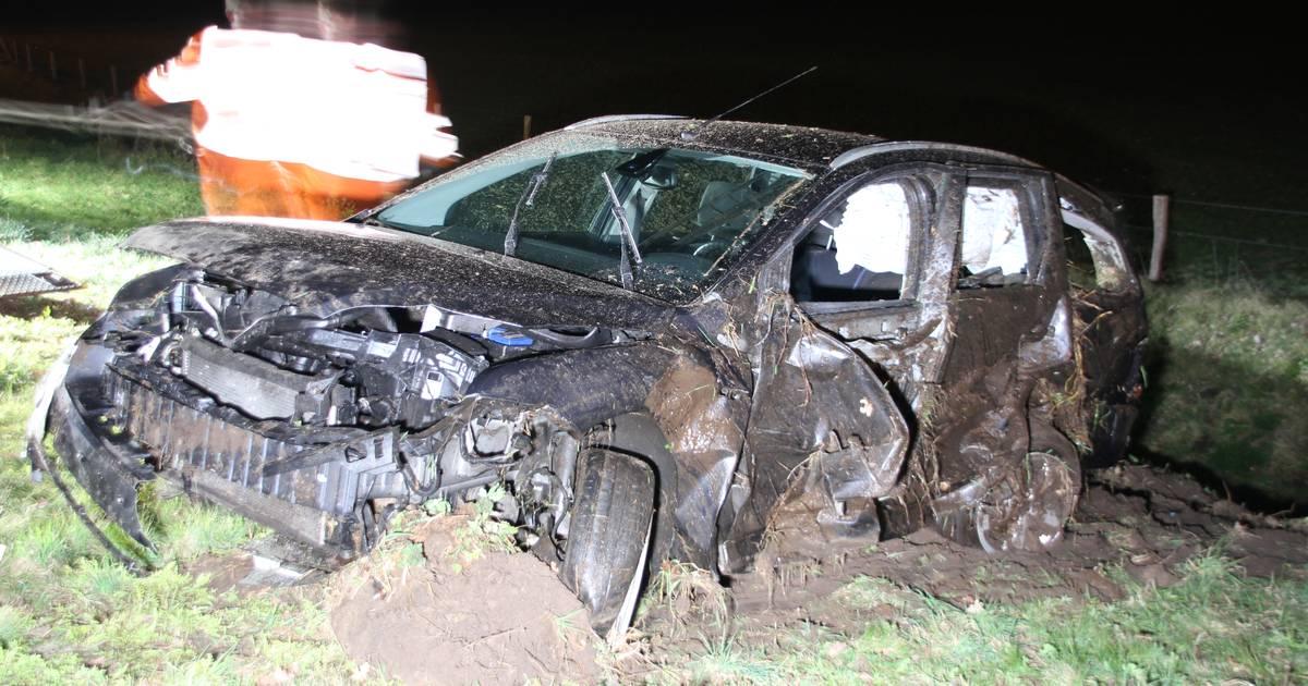 Bestuurder in ziekenhuis na ernstig ongeval in Enter: auto slaat over de kop en belandt in sloot.