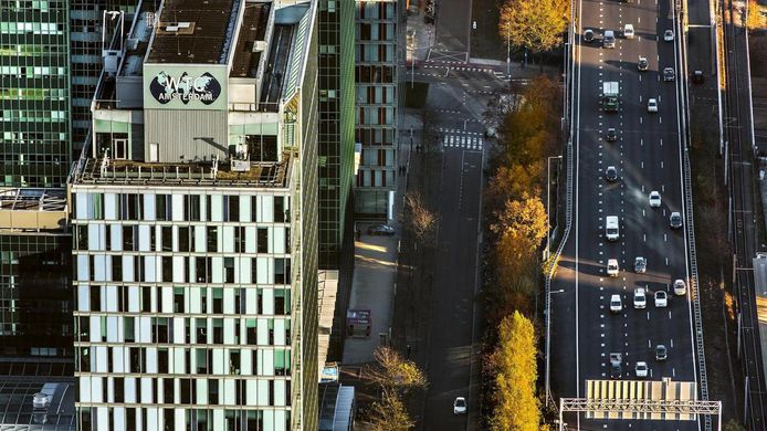 Het WTC-gebouw op de Zuidas naast de ring A10.