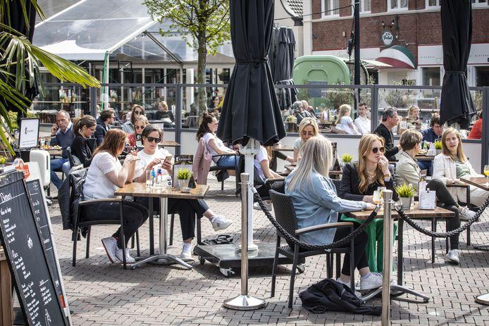 Nu de terrassen deels weer geopend zijn, is er op de Groote Markt geen plek meer voor bestelbusjes van de horeca die maaltijden moeten bezorgen. Tot 1 juli zouden die tijdelijk op de taxistandplaats in de Kerkstraat mogen staan.