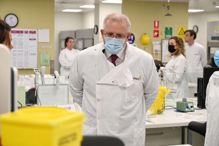 De Australische premier Scott Morrison in het AstraZeneca-laboratorium in Sydney. Het Brits-Zweedse farmaconcern werkt aan een veelbelovend coronavaccin, ontwikkeld door de universiteit van Oxford. Beeld EPA