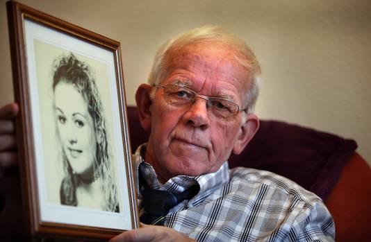Bauke Vaatstra, de vader van Marianne, met in zijn handen een portret van zijn dochter.