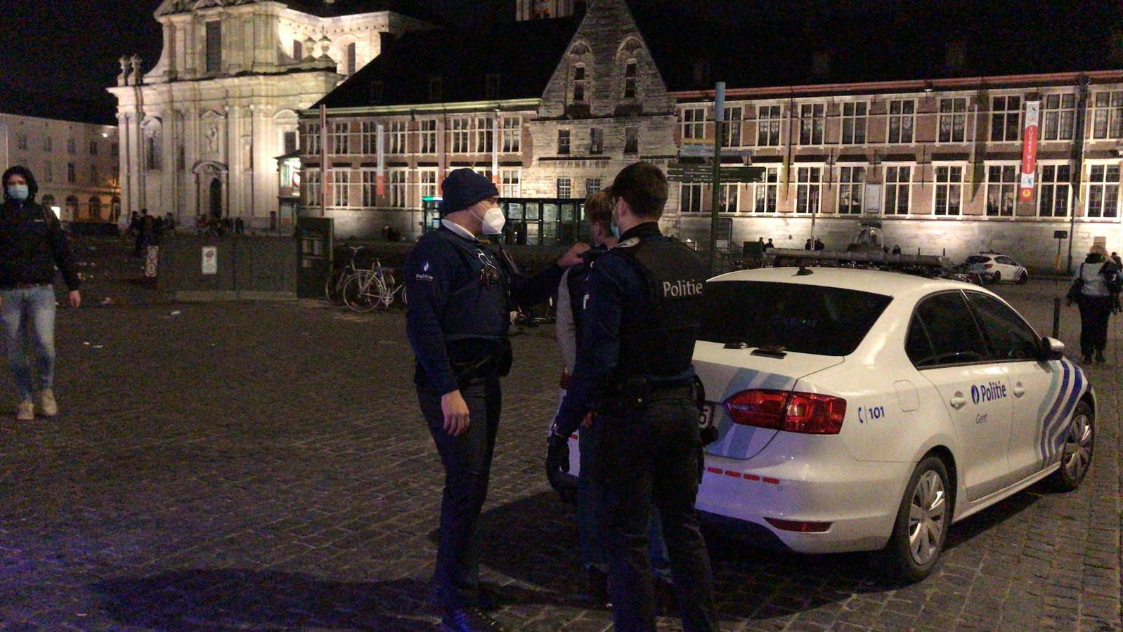 Agenten pakken een student op.