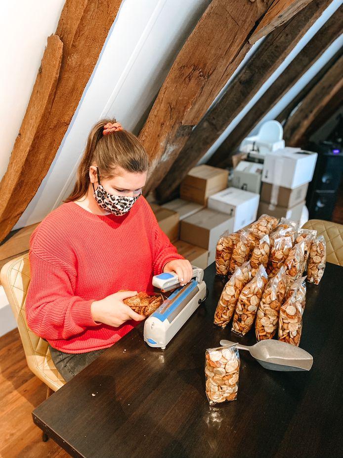 Aline weegt nootjes af tijdens de dagbesteding van de Stadsboerderij Rijssen. Er is behoefte aan meer werk.